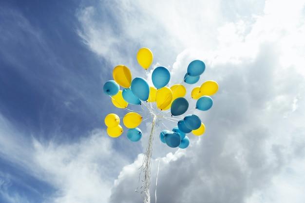 Latające na niebie żółto - niebieskie kule