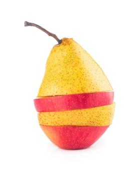 Latające plastry owoców: jabłko, gruszka, pomarańcza na białym tle