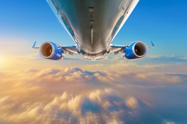 Latające samoloty na rzucie widok z tyłu na kadłub i skrzydła z silnikami.