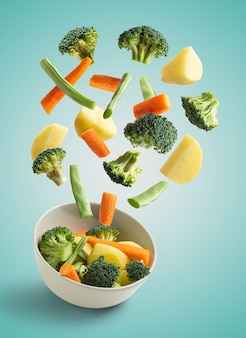 Latające warzywa na turkusowym niebieskim tle