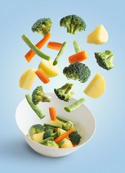Latające warzywa niebieskie tło