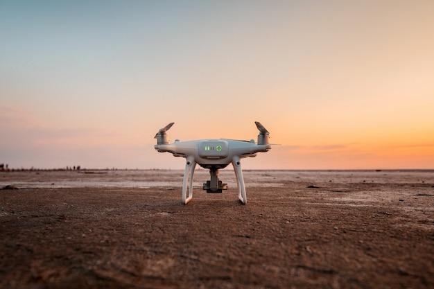 Latający dron na zachód słońca morze