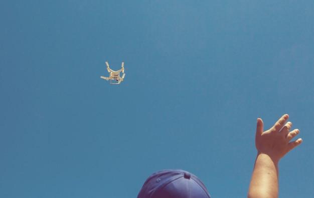 Latający dron quadkoptera