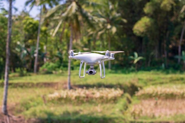 Latający dron z naturalnym zielonym tłem