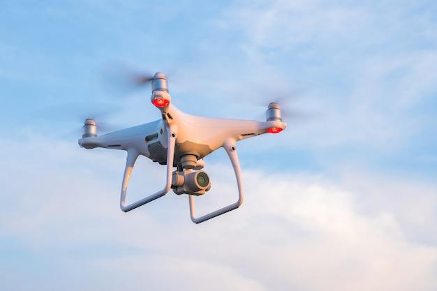 Latający dron z niebieskim niebem.