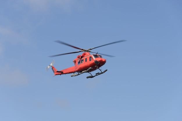 Latający helikopter na niebie