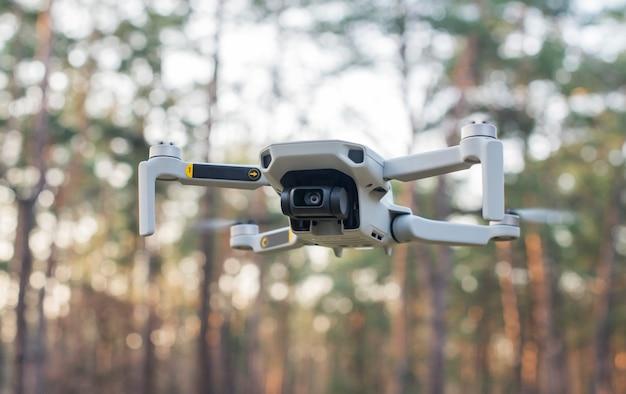 Latający nowoczesny dron