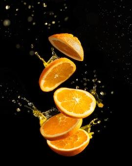 Latający pomarańczowy owoc z plamami