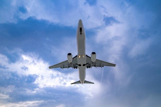 Latający samolot pasażerski w pochmurne niebo