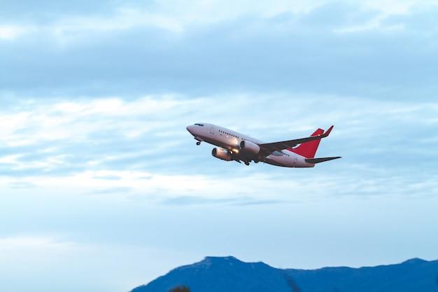 Latający samolot w niebieskim niebie