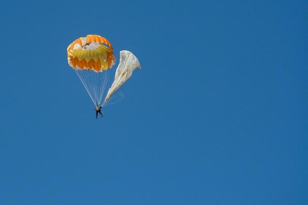 Latający skoczek z otwartym spadochronem