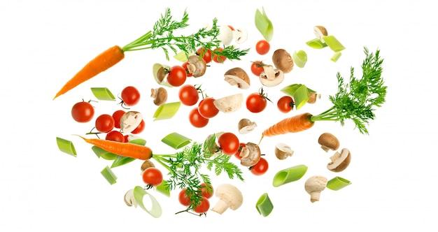Latający warzywa odizolowywający na białym tle.
