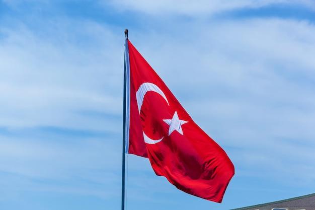 Latanie na wietrze flagi turcji na tle błękitnego nieba, alanya