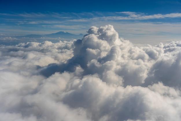 Latanie ponad chmurami z widokiem na kilimandżaro