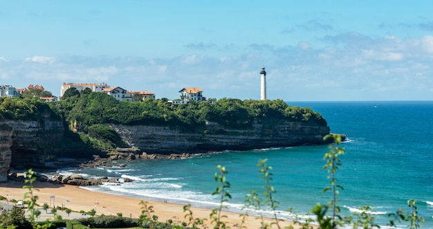Latarnia morska biarritz na klifie, kraj basków, francja