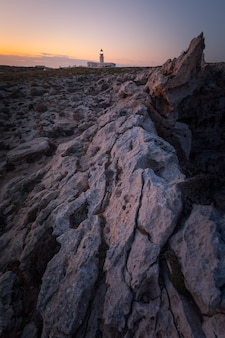 """Latarnia morska """"cavalleria"""" na północnym krańcu wyspy menorca, hiszpania."""
