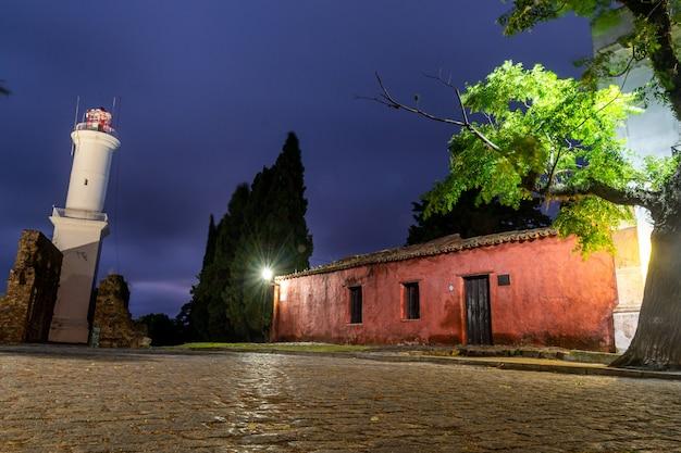 Latarnia morska colonia del sacramento, urugwaj na 11 grudnia 2018 r. wgląd nocy.