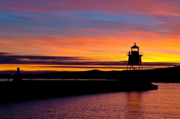 Latarnia morska grand marais w pięknym zachodzie słońca nad jeziorem superior.