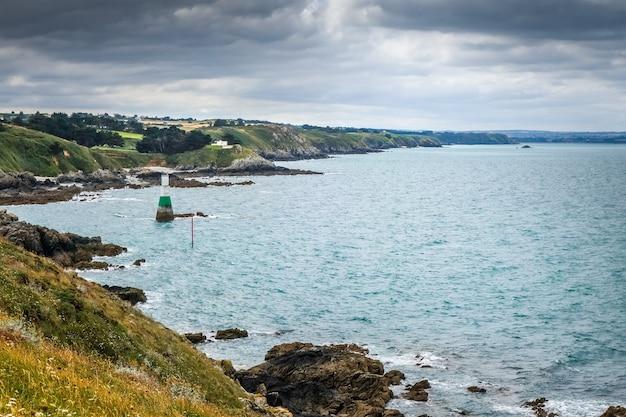 Latarnia morska i krajobraz wybrzeża w pleneuf val andre, bretania, francja