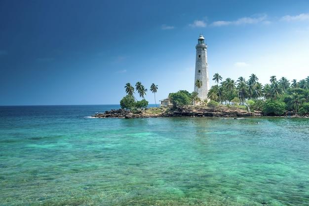 Latarnia morska i piękny krajobraz plaży na sri lance