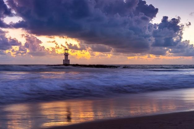 Latarnia morska khao lak o zachodzie słońca, tajlandia.