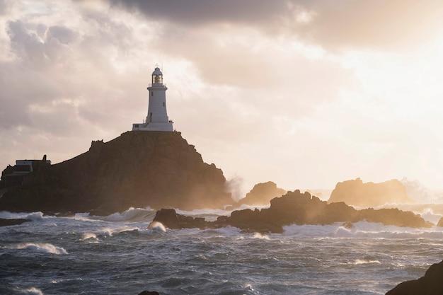 Latarnia morska la corbiere na wyspie jersey, szkocja