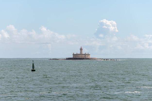 Latarnia morska na małej wyspie na morzu - fort sao lourenco do bugio