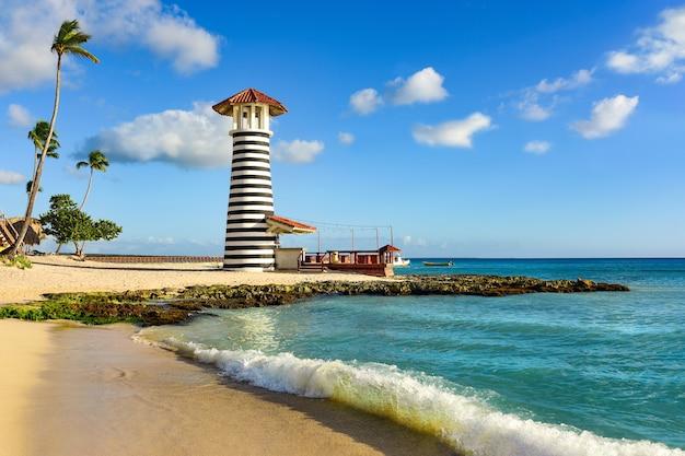 Latarnia morska na plaży bayahibe na dominikanie.