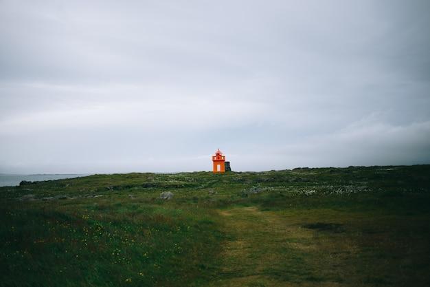 Latarnia morska na wybrzeżu islandii, czas letni, słoneczny dzień