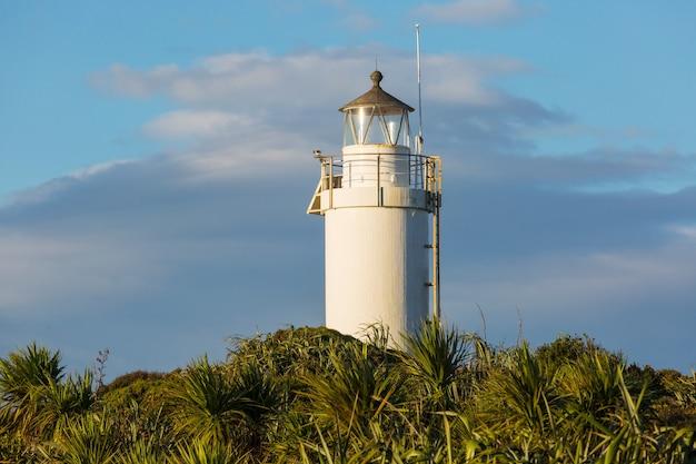 Latarnia morska na wybrzeżu pacyfiku w nowej zelandii