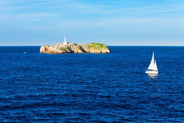 Latarnia morska na wyspie mouro lub faro de la isla de mouro w mieście santander, region kantabria w hiszpanii