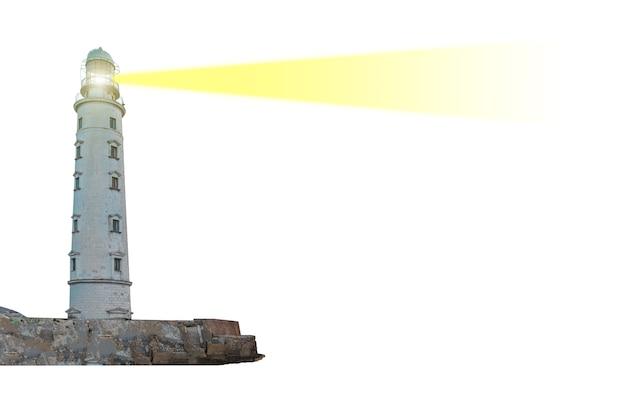 Latarnia morska na wyspie z wiązką reflektora w powietrzu na białym tle