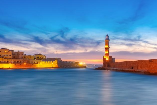 Latarnia morska o zachodzie słońca, chania, kreta, grecja