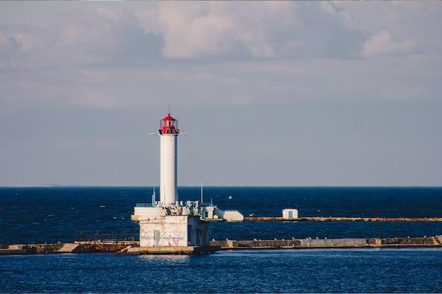 Latarnia morska odessa vorontsovsky z błękitnym niebem w słoneczny dzień.