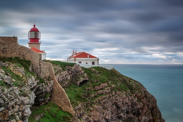 Latarnia morska przed burzą cabo sao vicente. portugalia algarve