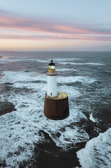 Latarnia morska rattray head na wybrzeżu aberdeenshire, szkocja