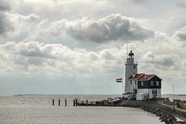 Latarnia morska w pobliżu marken marken w holandii