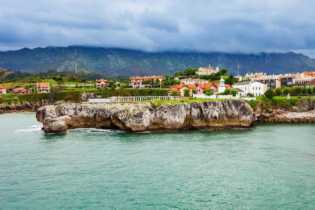 Latarnia morska w porcie llanes i widok na miasto z lotu ptaka. llanes to gmina w prowincji asturia w północnej hiszpanii.