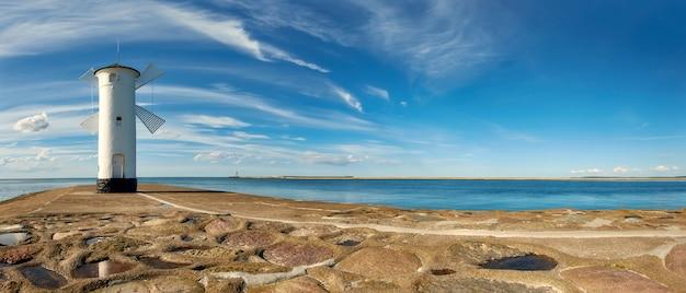 Latarnia morska w wiatraku w świnoujściu, polska, zdjęcie panoramiczne