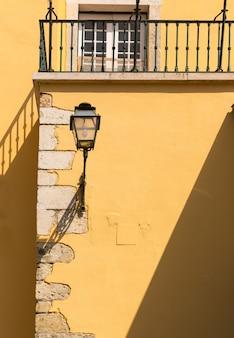 Latarnia na żółtym europejskim domu z bliska, portugalia