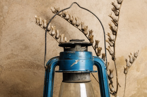 Latarnia naftowa i sucha gałąź bielona. martwa natura w stylu rustykalnym