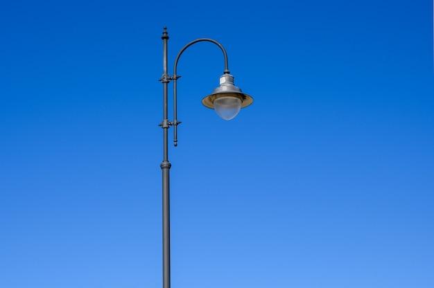 Latarnia uliczna na niebieskim niebie. skopiuj miejsce