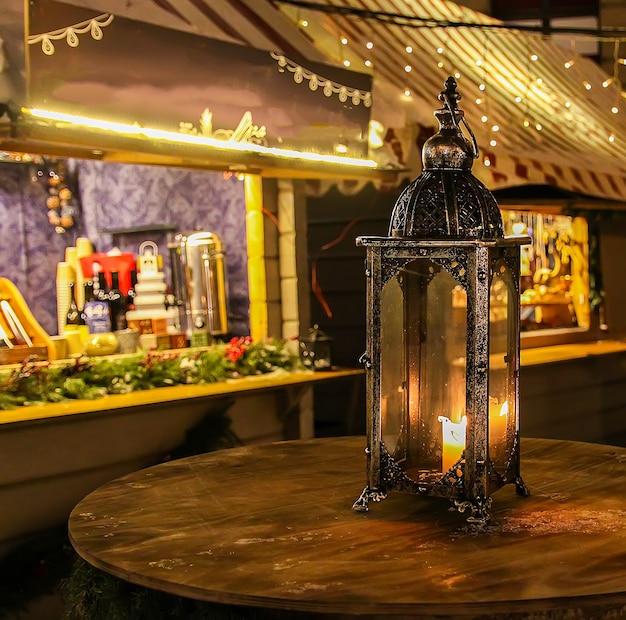 Latarnia uliczna w jarmark bożonarodzeniowy w nocy ryga, łotwa, europa wschodnia.
