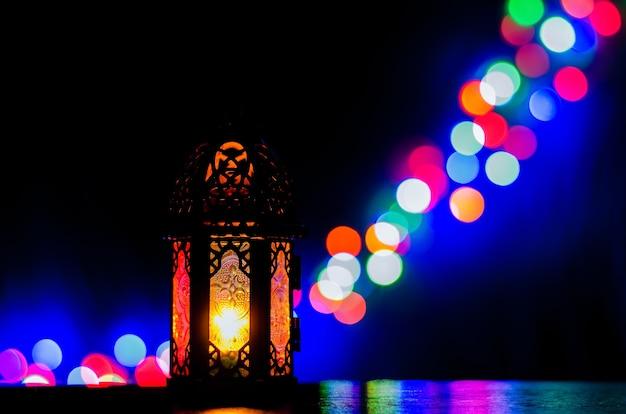Latarnia z kolorowymi światłami bokeh dla islamskiego nowego roku i koncepcji ramadan kareem.