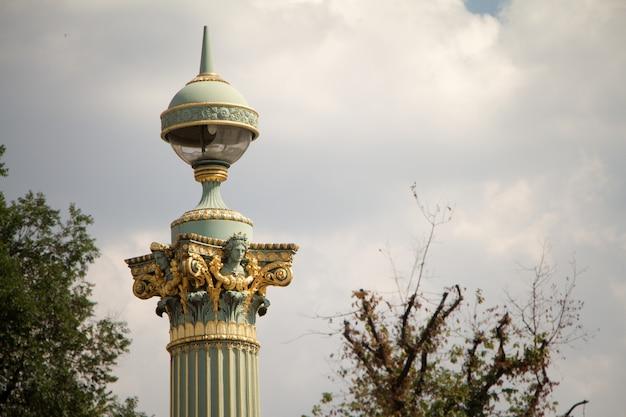 Latarnie i posągi na place de la concorde w paryżu