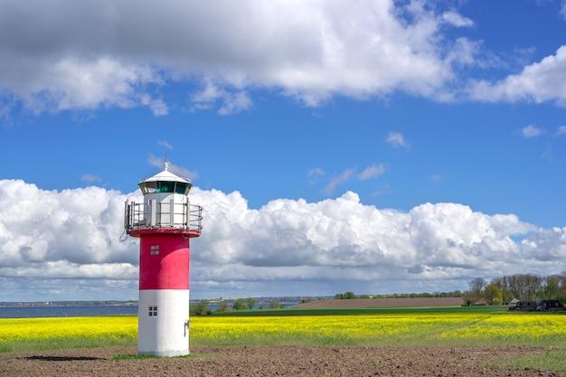 Latarnie morskie i pole rzepaku w południowej szwecji, na wyspie ven