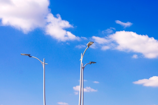Latarnie uliczne na tle nieba