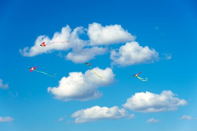 Latawce latające po niebie, zabawne i ekscytujące dla dzieci