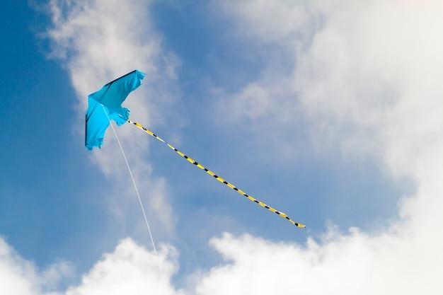 Latawiec latający na tle błękitnego nieba w słoneczny dzień