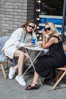 Latem dwie kobiety siedzą razem w restauracji